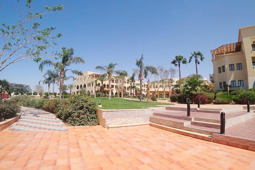 Внутренний двор частных домов и небольших отелей в Тала Бей