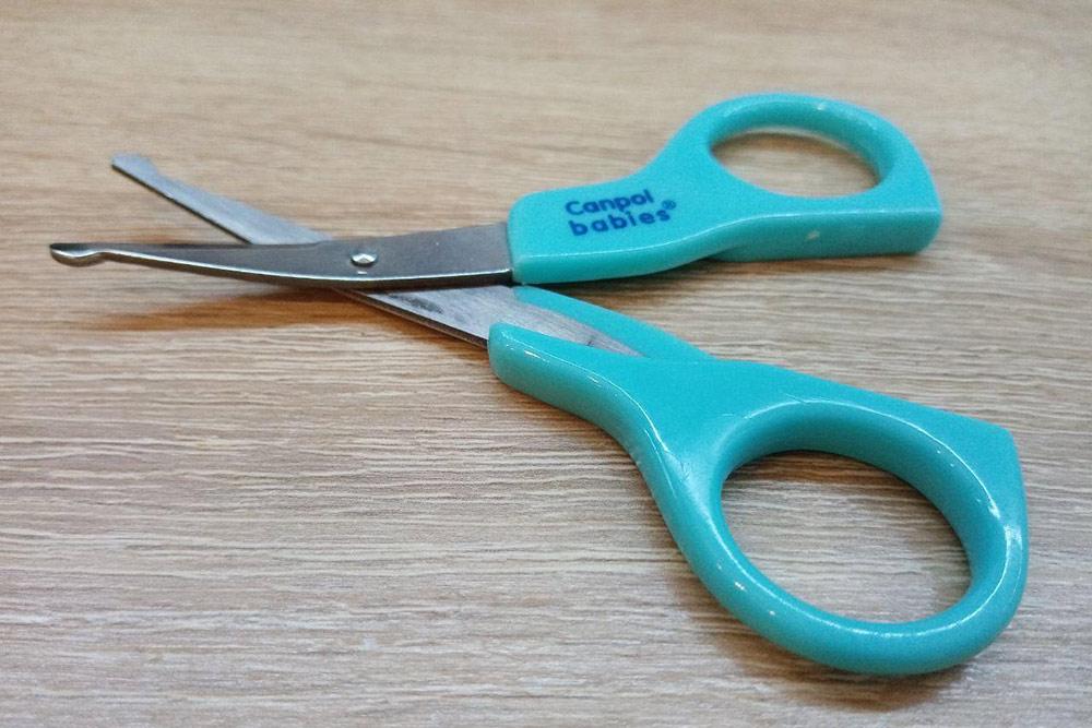 У ножниц для детей изогнутые лезвия и закругленные концы. Если ребенок дернется во время стрижки ногтей, поранить его невозможно
