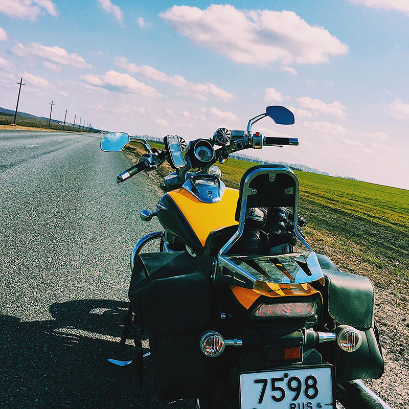 За рулем мотоцикла ты не можешь ответить на звонок, проверить почту или среагировать на сообщение в мессенджере. Все, что тебя окружает — это мотоцикл, дорога и музыка