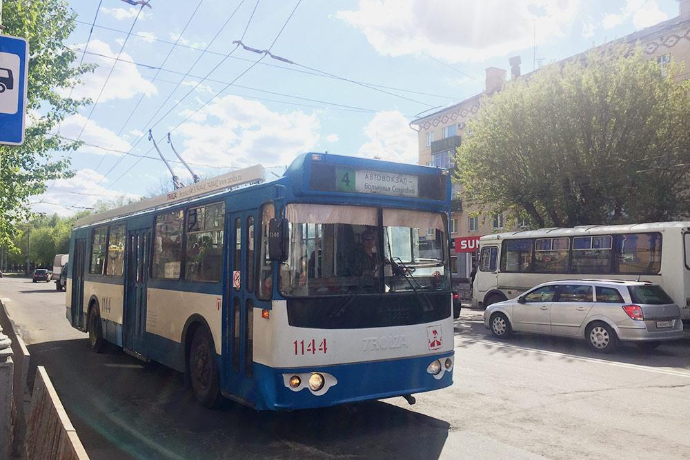 В центре города нет больших автобусов — вместо них ездят троллейбусы