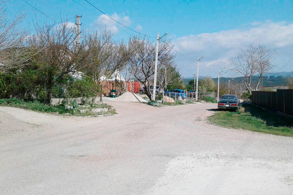Поселок Сахарная Головка расположен в 6 километрах от Севастополя. Дома стоят от3млнрублей. Здесь есть школа, детсады, супермаркет. Автобусы в город ходят каждые 15 минут