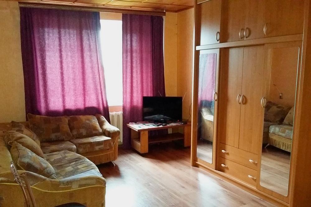 Трехкомнатная квартира в Сальске: есть телевизор, шкаф и большой диван
