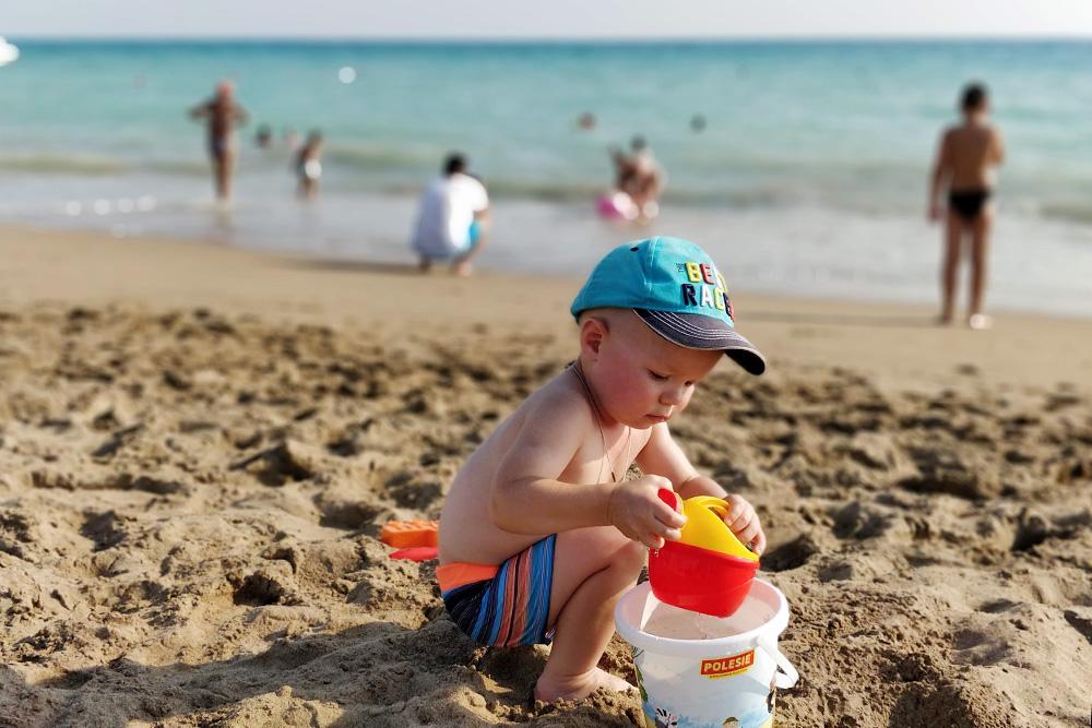 Сыну понравилась такая большая песочница. Мы носили ему морскую воду в ведерке, а он устраивал запруды и играл с лейкой