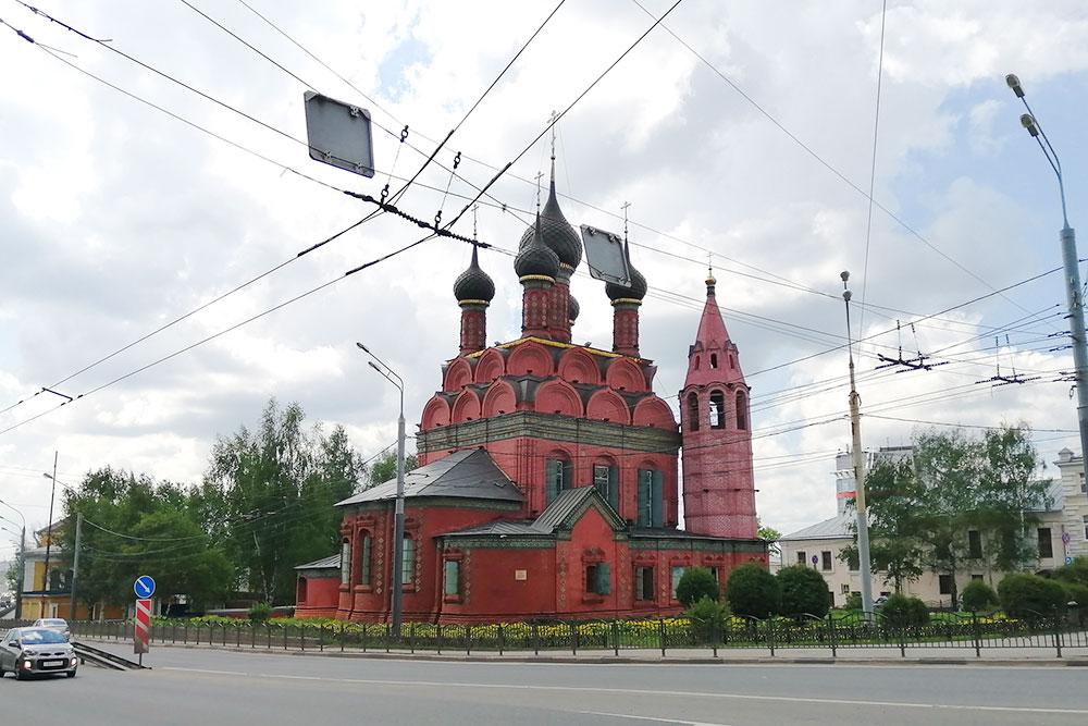 Церковь Богоявления недалеко от памятника Ярославу Мудрому