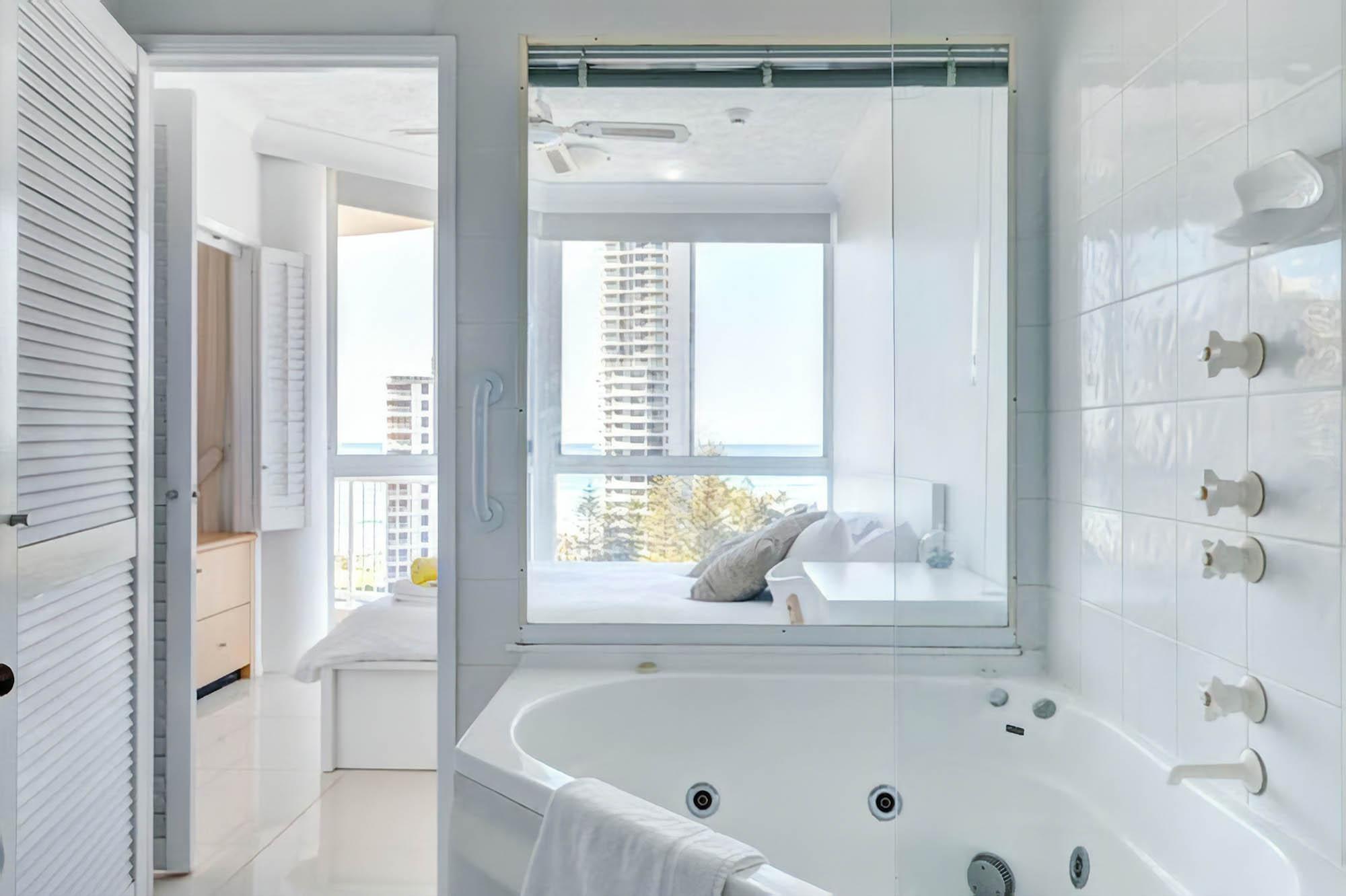 Ванная в квартире в Голд-Косте. Это так здорово — принимать душ и видеть океан! Источник: airbnb.com