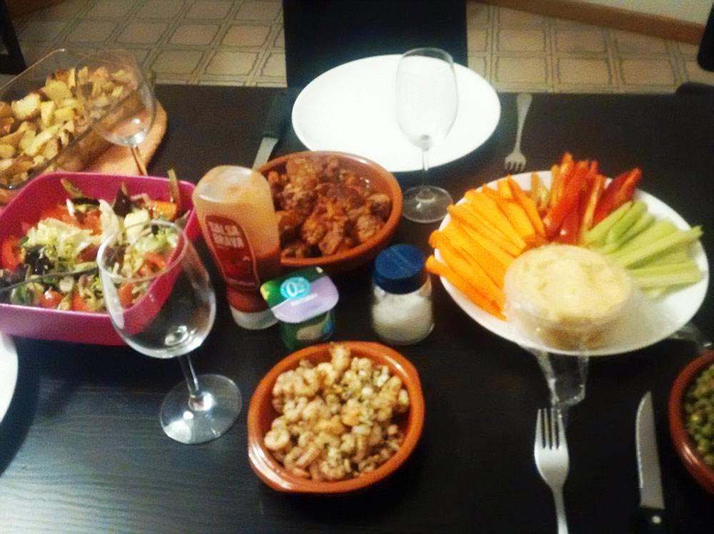 Устраивали дома вечеринку с испанскими тапас. На фото albóndigas (испанские тефтели), gambas al ajillo (креветки в оливковом масле и с чесноком), горох с хамоном (это просто купили в магазине), запеченный картофель и хумус с овощами