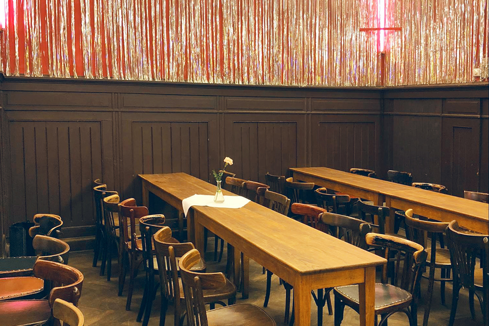 Кафе Clärchens Ballhaus в Митте. Здесь Квентин Тарантино снимал знаменитую кровавую сцену из фильма «Бесславные ублюдки»