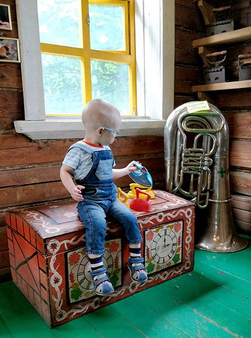 Пока мы слушали экскурсию, Миша с удовольствием гладил старинный сундук пластмассовыми утюжками