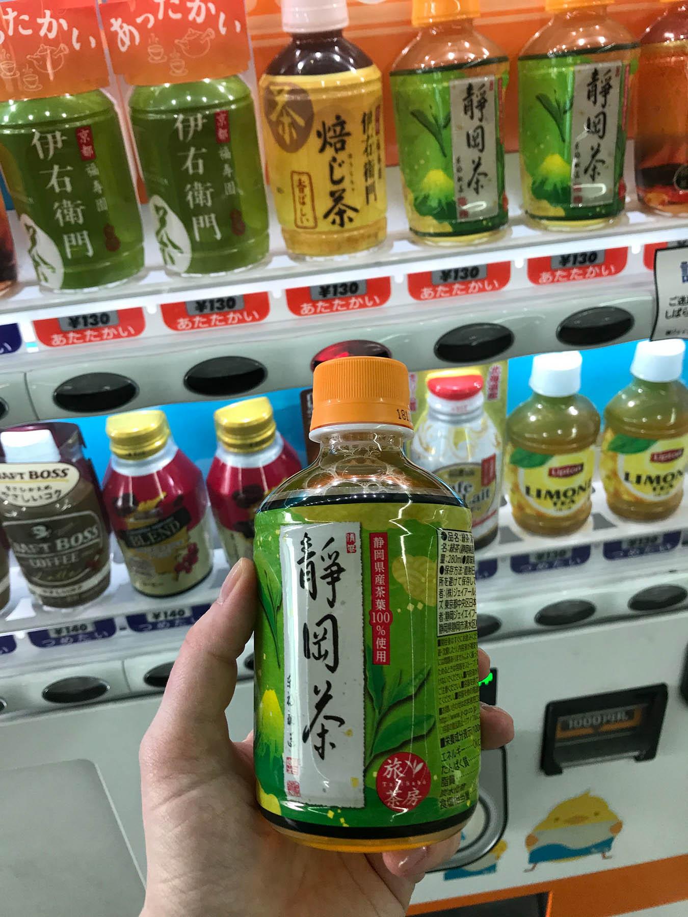 Во всех автоматах можно купить холодный и горячий чай, чай с молоком, кофе, какао, изотоники