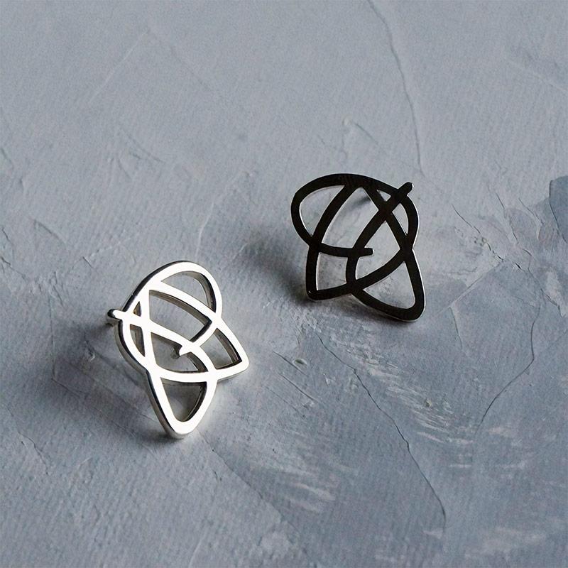 В коллекцию по мотивам работ Эгона Шиле входят две броши, две пары серег и кольцо