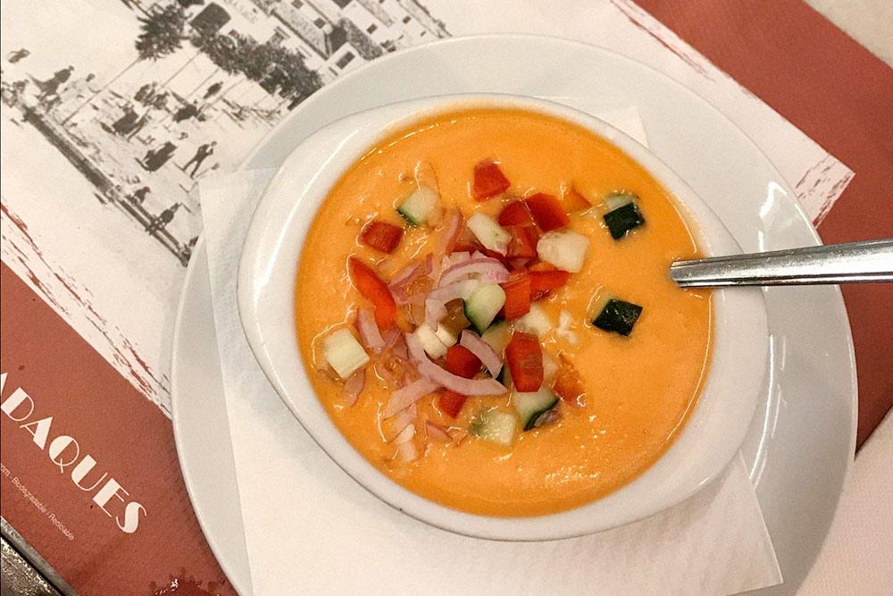 Гаспачо — холодный томатный суп с луком, перцем и огурцами. Такая порция в кафе на набережной Кадакеса стоила 7€ (539 рублей)