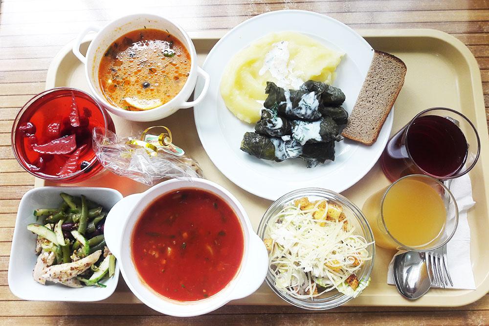 Обед в столовой на двоих: гаспачо, долма, солянка, два салата, десерт и напитки. Все стоит 489<span class=ruble>Р</span>