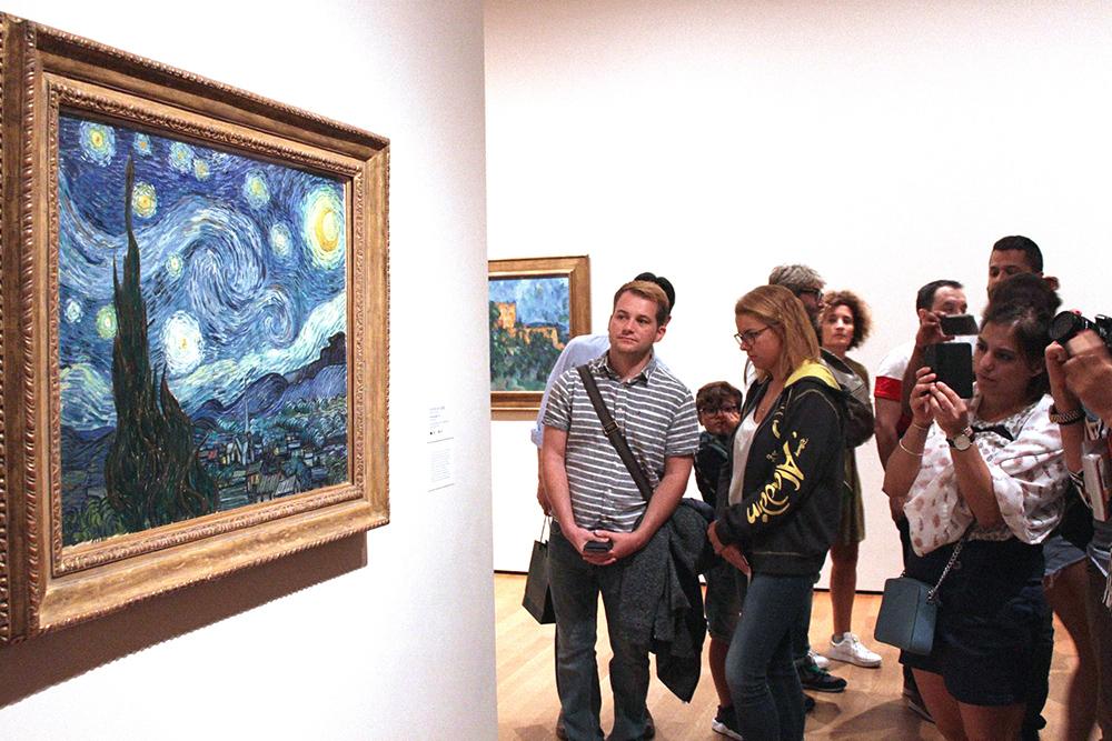 В зале много интересных произведений искусства, но толпа стоит именно у ВанГога