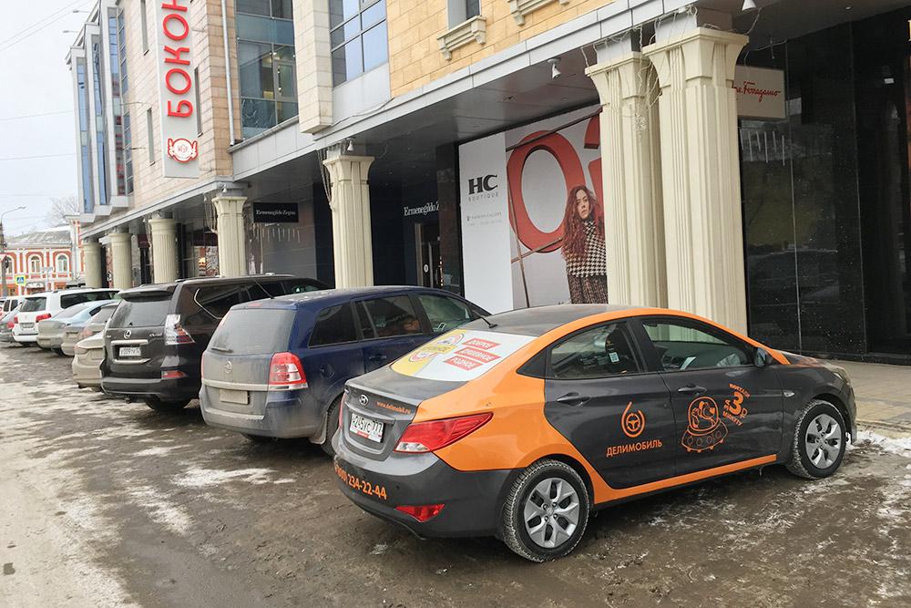 Кто-то оставил «Делимобиль» на парковке ТЦ в центре города