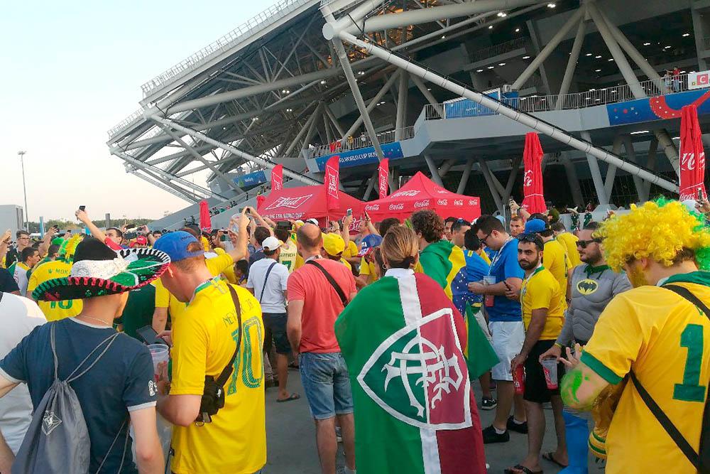 Около стадиона «Самара-арена» перед матчем Бразилия — Мексика