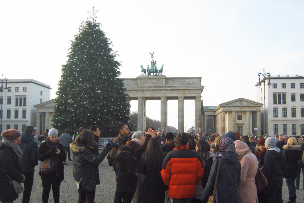 Экскурсия в Берлин. Я заплатил 239€ (17 925 р.), студенты со стипендией выше — 297 и 645€. Обычная цена — 709€ (53 175 р.)