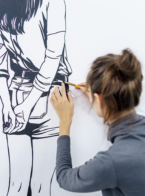 Пока Филипп рисует баллончиком, Наташа прорисовывает кисточкой мелкие детали