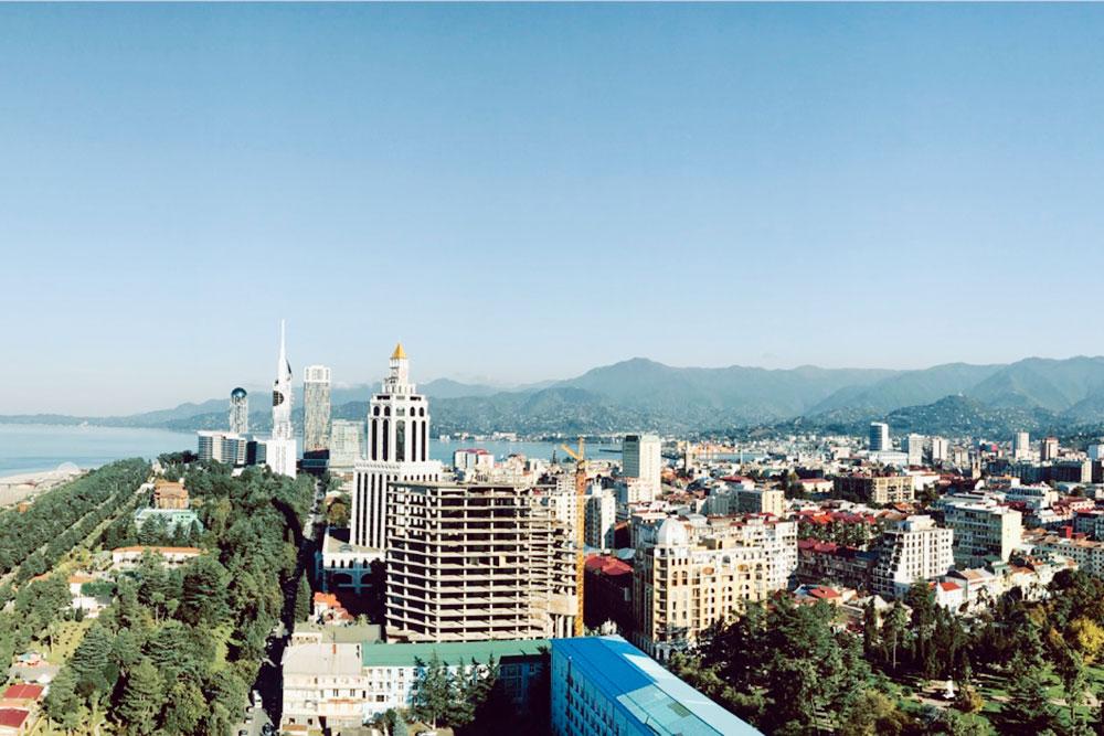 Вид на Батуми с веранды бара на одном из верхних этажей отеля «Хилтон». Я тут иногда работаю, когда надоедает сидеть дома