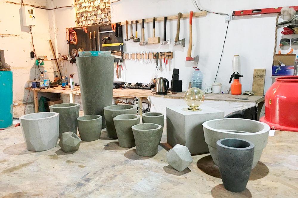 Первые эксперименты — формы для кашпо делали из пластиковых цветочных горшков