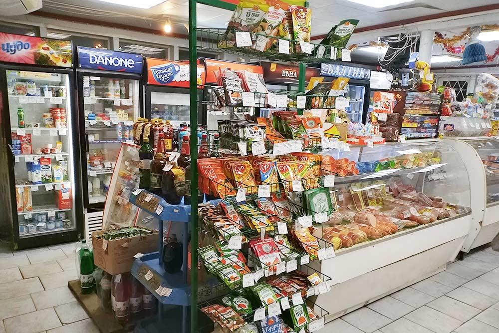 Это магазин в соседнем крупном поселке. Выбор товаров не такой большой, как в гипермаркете, но мне он и не нужен — все равно покупаю одно и то же