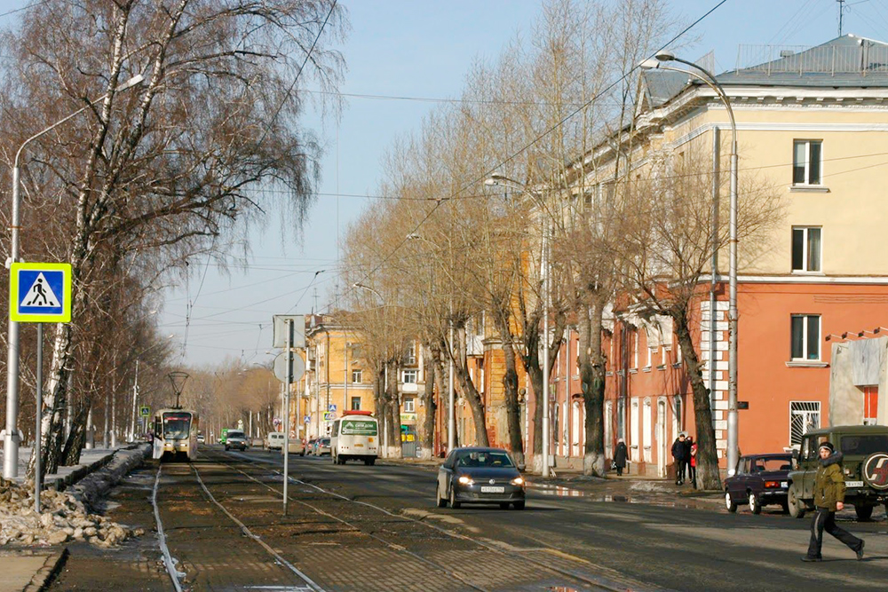 Кировский район в Кемерове состоит в основном из таких домов. Высоток там я не видела. Зато после закрытия ряда заводов в 1990-е годы Кировский стал одним из самых чистых районов города