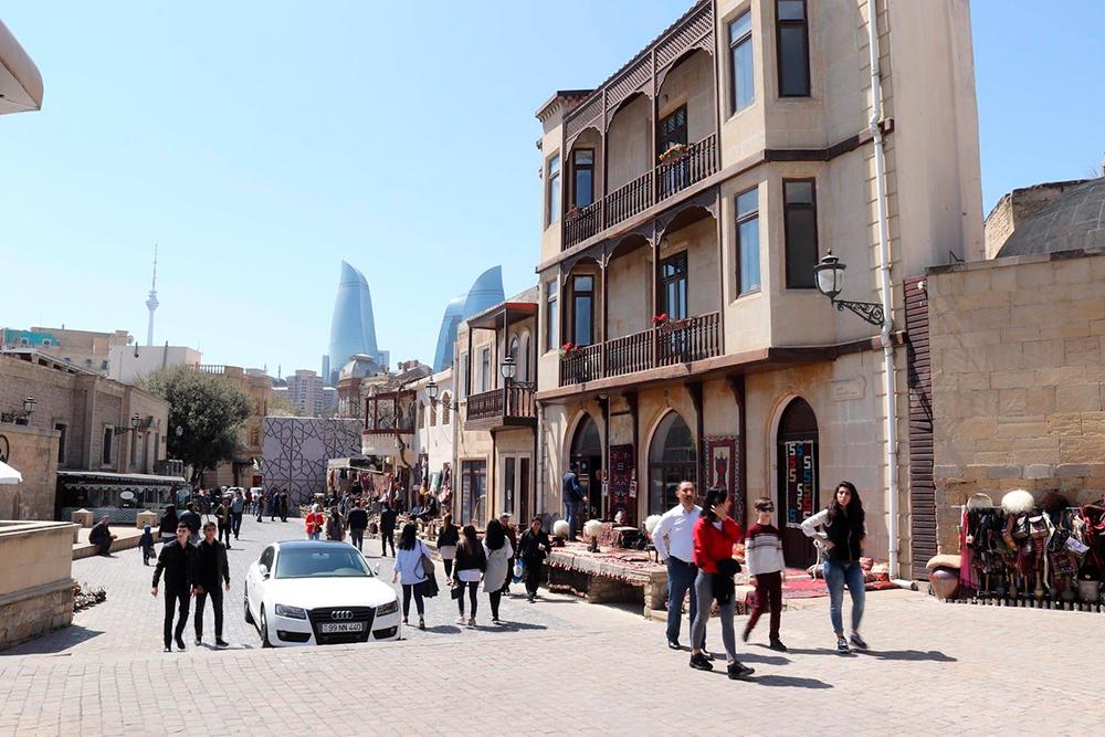 Старый город — Ичери-шехер, на заднем плане — Пламенные башни