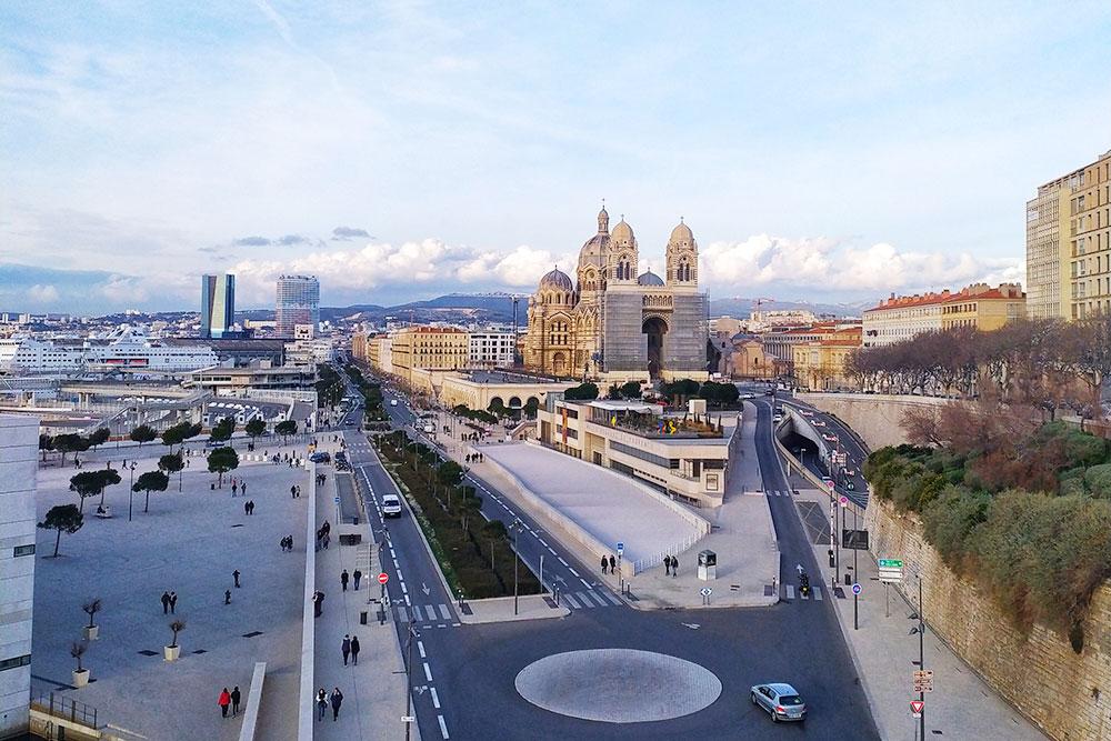 Это центр Марселя, площадь Мажор с видом на кафедральный собор Сент-Мари-Мажор. Слева вдали — два единственных небоскреба в городе, это офисы крупных судоходных и судовладельческих компаний