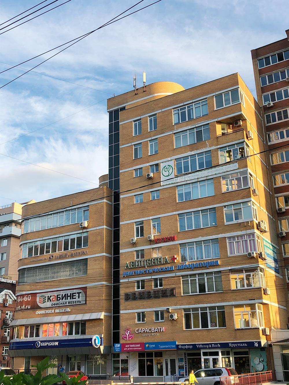 Судя по количеству рекламных вывесок, собственники этого МКД могут получать сотни тысяч рублей арендной платы за пользование общим имуществом в месяц