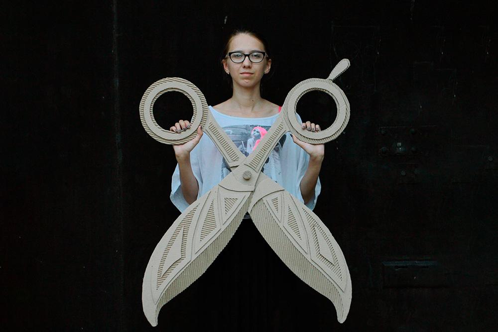 Картонные ножницы для студии красоты «Афанасьев-студио» Александра сделала как элемент интерьера. Их часто используют для фотосессий — ножницы подвижны и могут складываться
