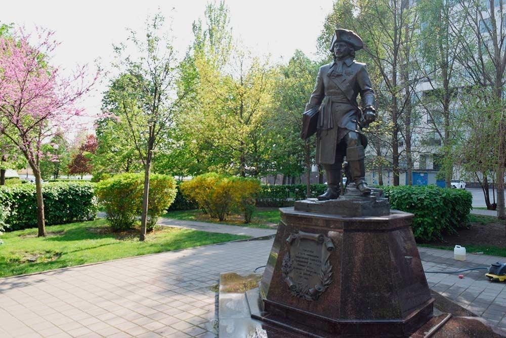 Памятник Темерницкой таможни находится недалеко от набережной