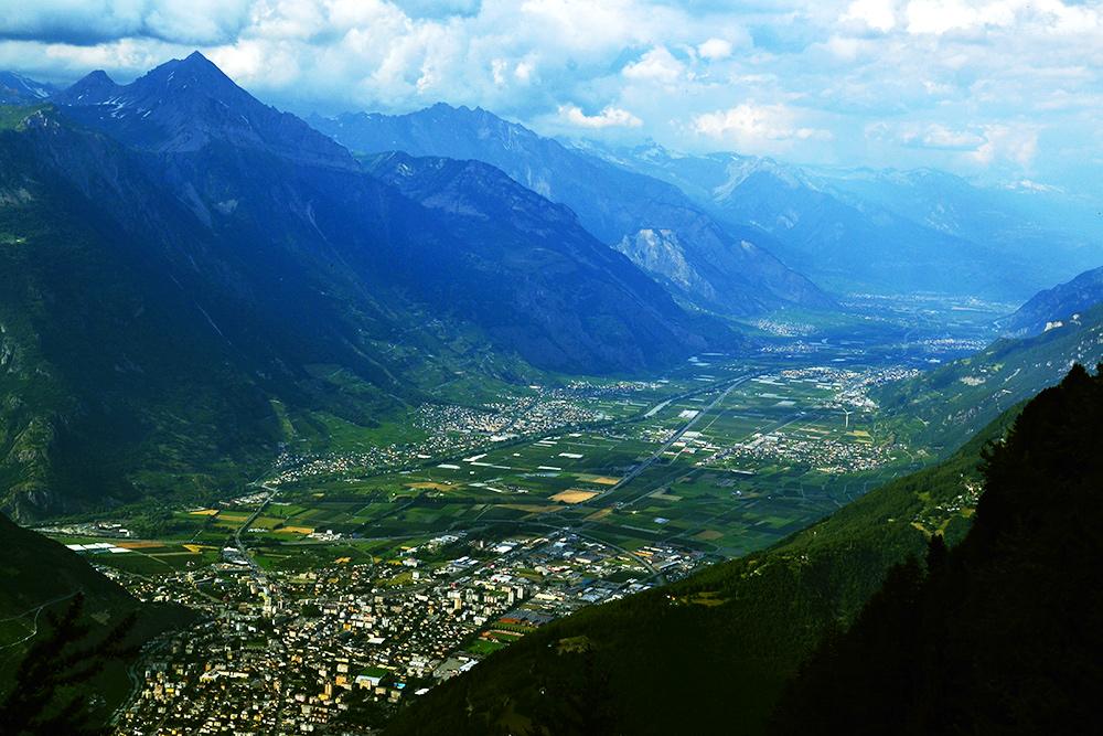 Вид сверху на живописные поселения, расположенные в долинах у подножия гор