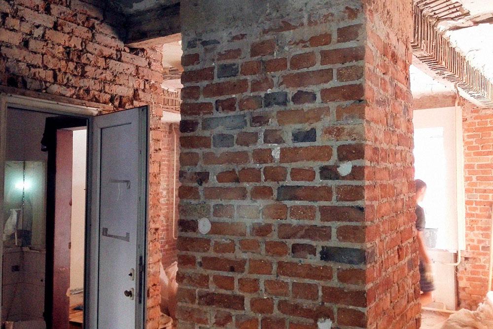 До ремонта потолок и стены были зашиты гипсокартоном — это съедало 20% полезного пространства. Под гипсокартоном стены были красиво выложены кирпичом, но состояние кладки оставляло желать лучшего (на фото). Я нанял мастеров почистить и отреставрировать стены. Они зачистили их мягкой щеткой, оставив белый налет от штукатурки, а потом зачем-то покрыли грунтовкой под покраску. Казалось, что кирпичи в белой пленке. Мне пришлось отдирать белый налет алмазной шлифовкой и все переделывать