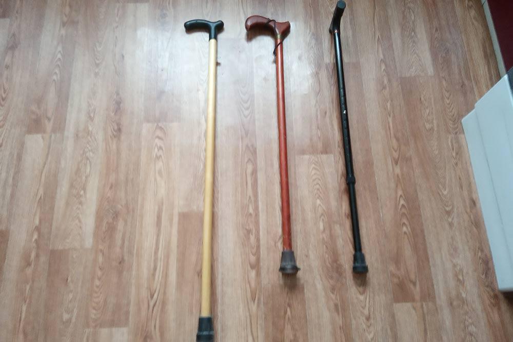 Трости опорные. Трость справа регулируется по росту. Еще бывают трех- и четырехопорные трости. В&nbsp;магазинах они стоят 600—1000<span class=ruble>Р</span>