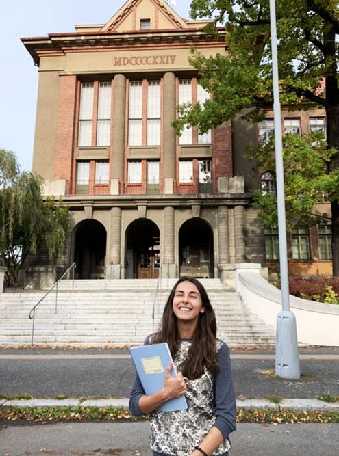 Я перед корпусом постройки начала 20-го века. На первом курсе я изучала там медицинскую химию