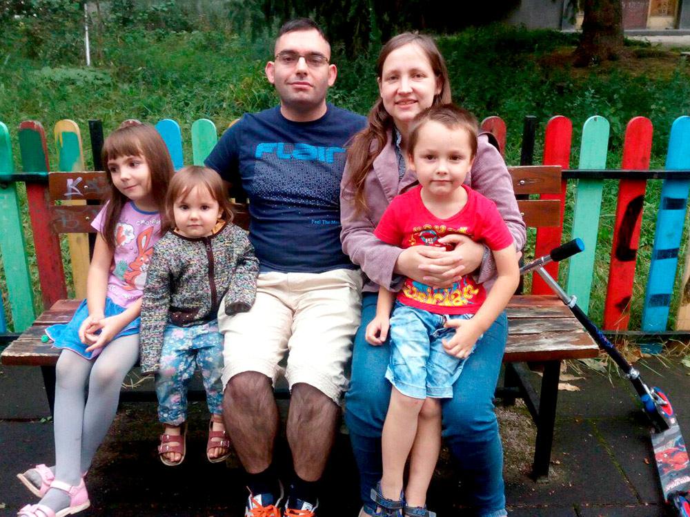 Наша семья на детской площадке рядом с домом в Болгарии