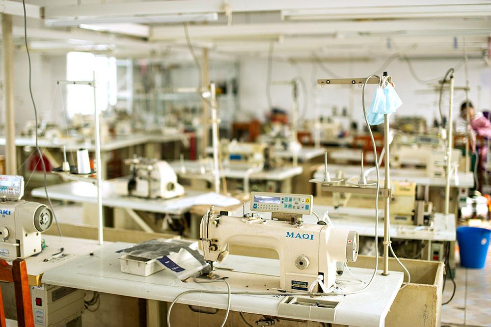 На этой швейной фабрике было всего две сотрудницы на весь цех. С ней тоже сотрудничать не стали. Если цех простаивает в разгар сезона, стоит насторожиться: у производства истекла лицензия или проблемы с качеством