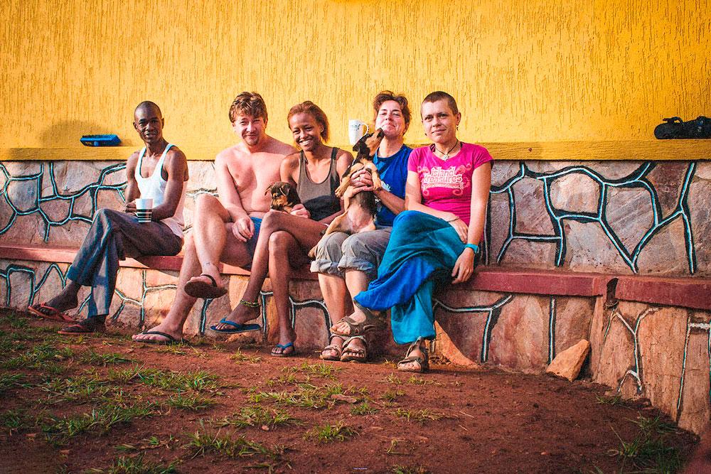 В Уганде мы останавливались у Джорджа (на фото крайний слева). Он снимает дом со своими друзьями. У нас была отдельная комната. Это потрясающие условия для Африки: обычно там предлагают только кровать или матрас