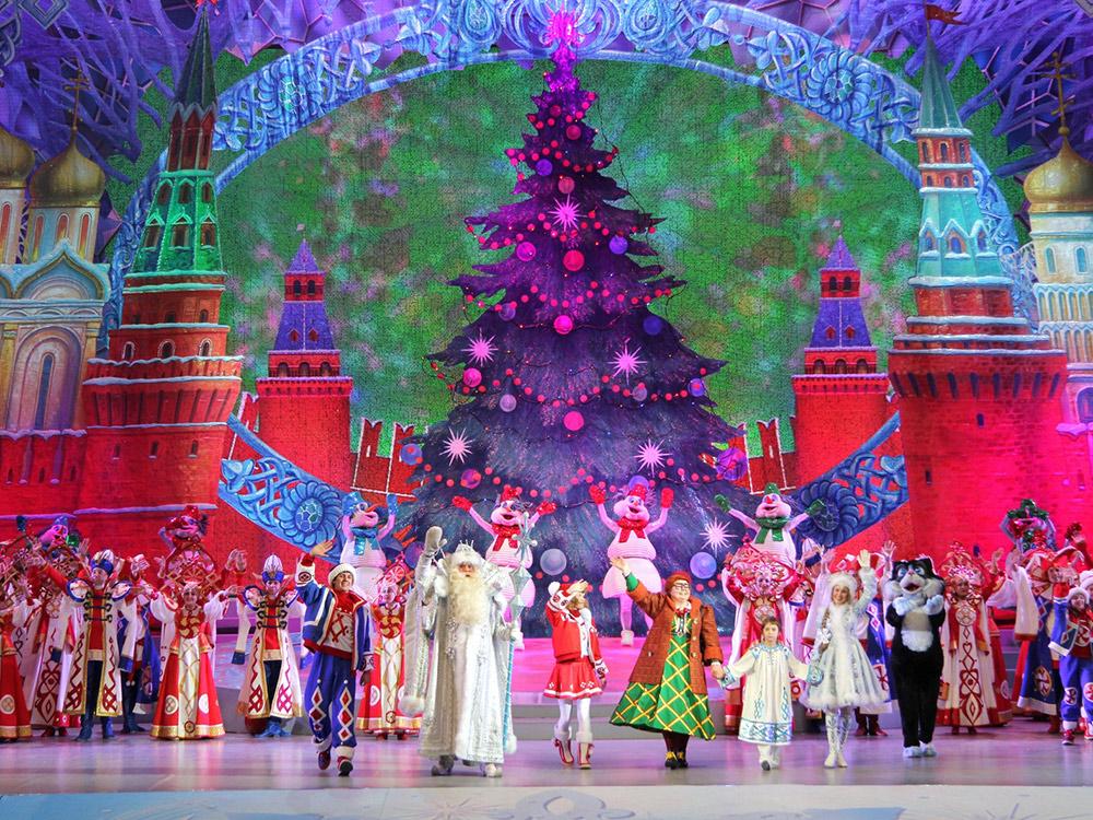 Кремлевскую елку готовят 3000 человек. Костюмы и декорации заказывают весной, а сюжет держится в тайне до последнего. Фото: официальный сайт кремлевской елки