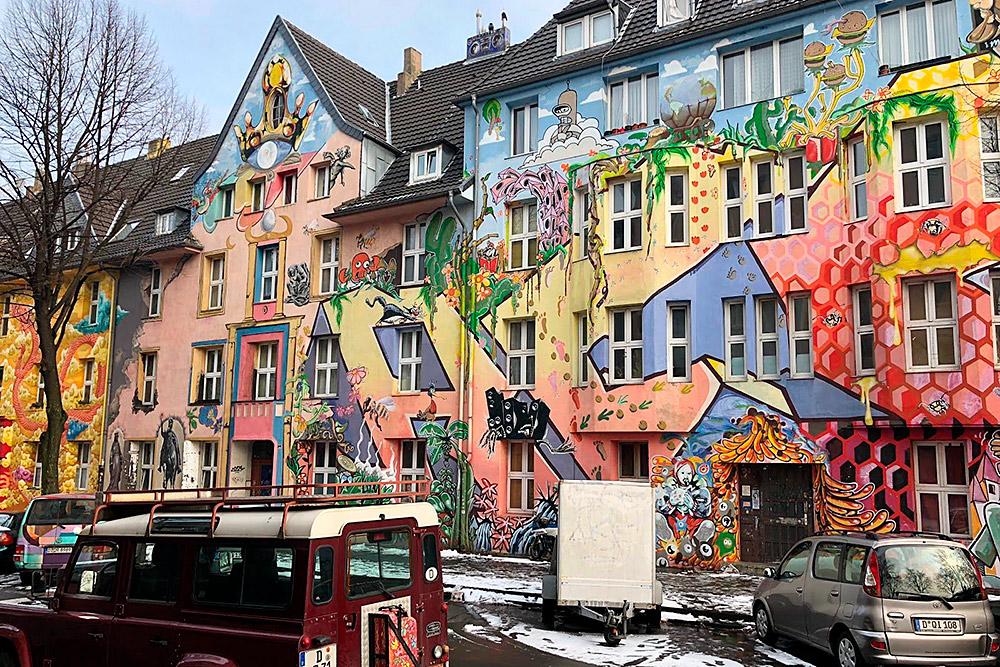 Каждый дом — произведение современного искусства. Граффити не похожи друг на друга и не связаны между собой