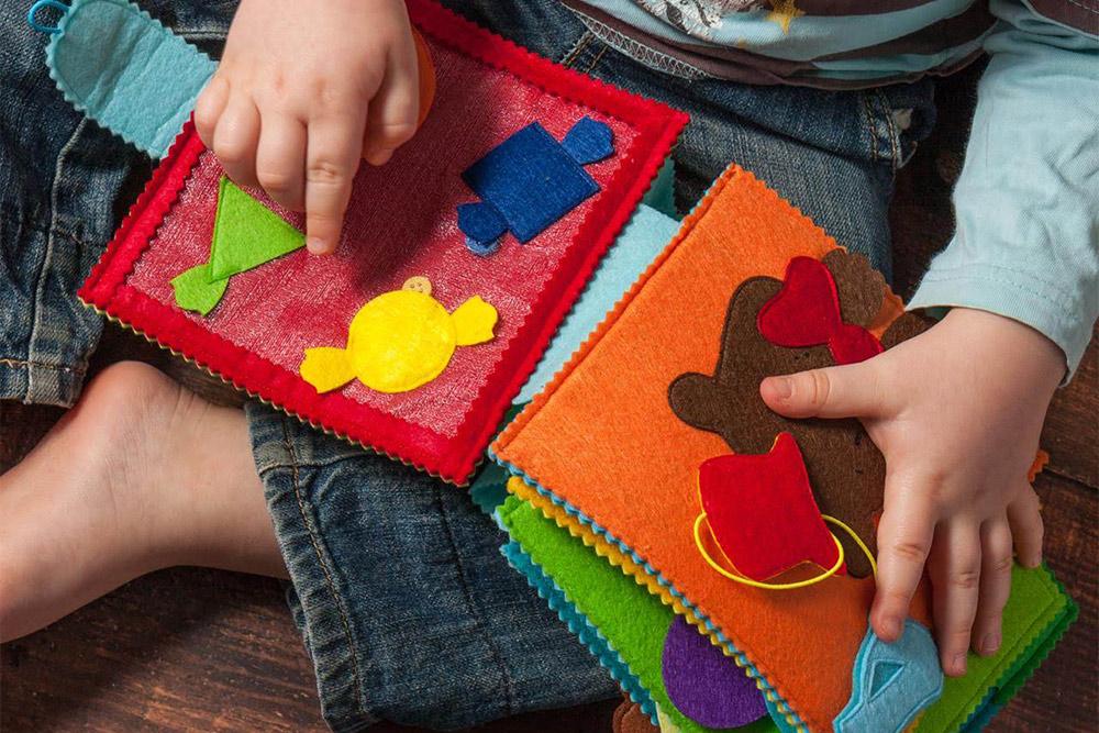 Книжки из фетра удобно брать для ребенка в поликлинику или в поездку. Они занимают мало места в сумке у мамы, а ребенка занимают надолго