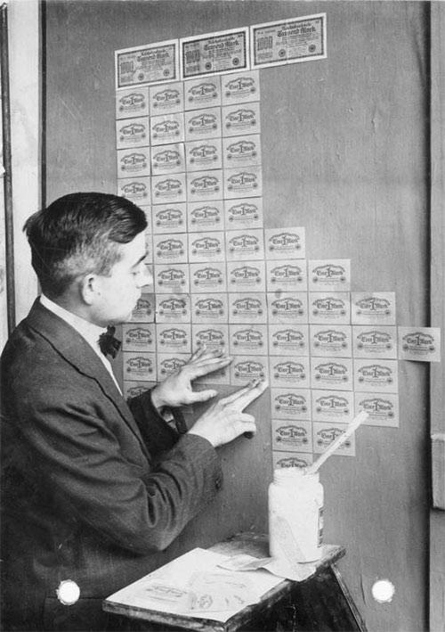 В Германии тех лет было дешевле оклеить комнату банкнотами, чем обоями