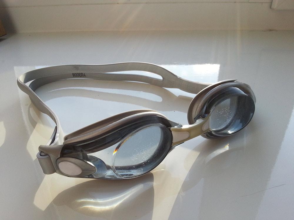 У меня очки с обычными стеклами. На открытой воде солнце иногда слепит глаза, но для бассейна в самый раз