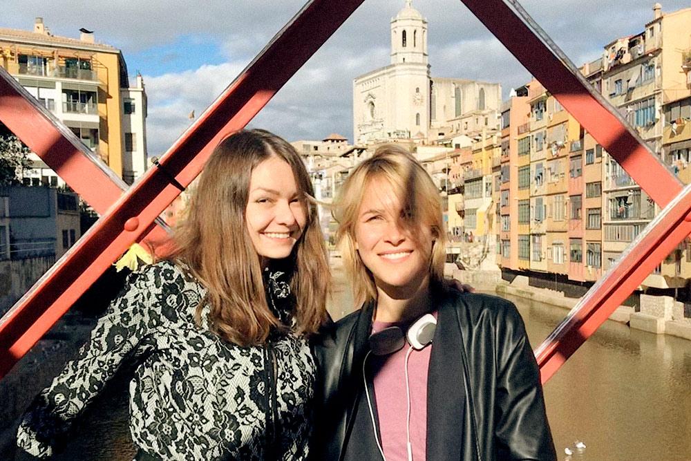 Мы с моей подругой Настей на мосту через реку в Жироне. Его построил Гюстав Эйфель — проектировщик известной башни в Париже