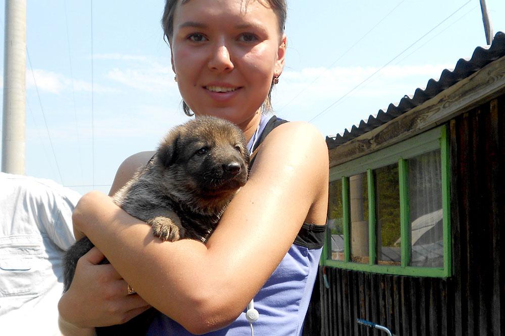 Вот из такого щеночка мне предстояло вырастить настоящую служебную собаку. Здесь Лайме месяц, и она пока живет в питомнике. Когда Лайме исполнилось два месяца, она переехала ко мне домой