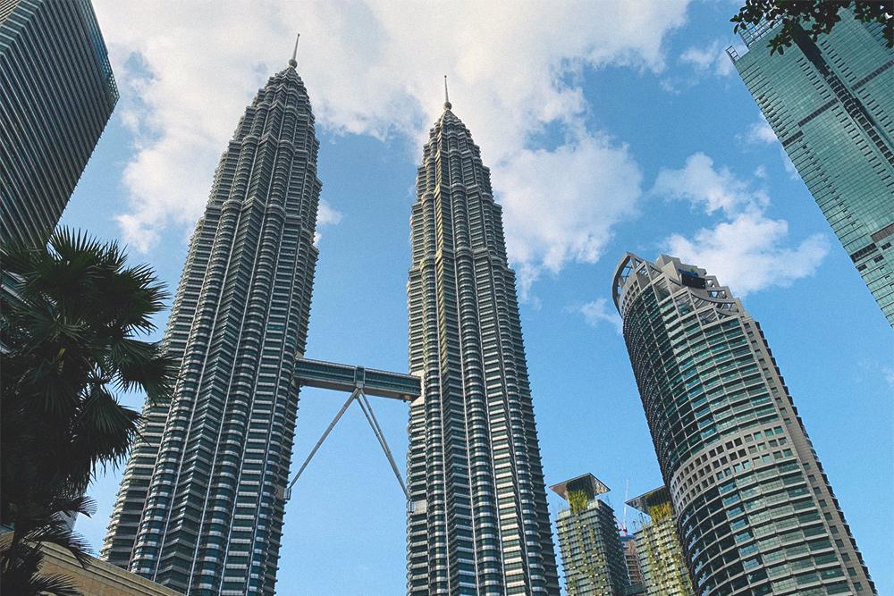 Башни-близнецы видны из любой точки города. Мне часто казалось, что до них рукой подать, но это было не так