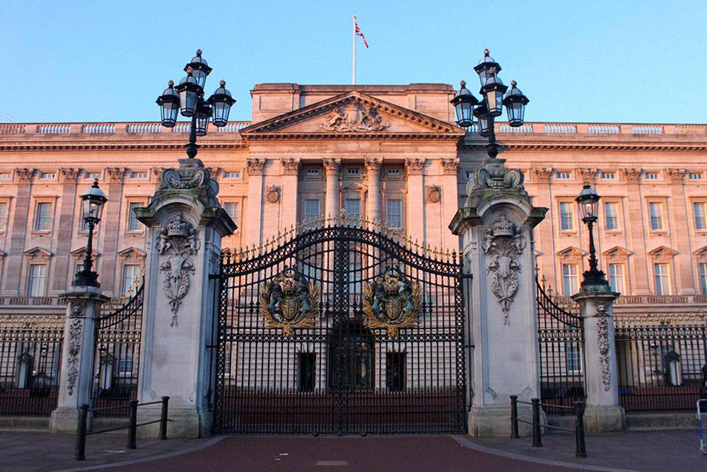 У королевского дворца обычно многолюдно. Если хотите побыть там в тишине, приходите ранним утром