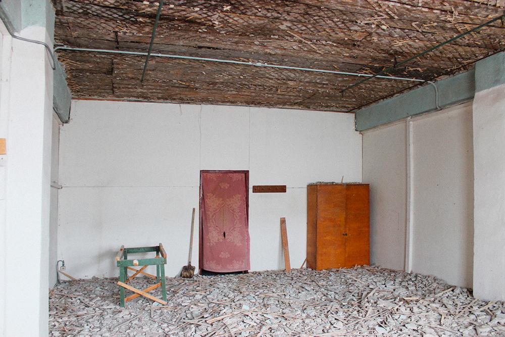 Студенты сняли старое покрытие и постелили на пол ламинат, оштукатурили и покрасили стены