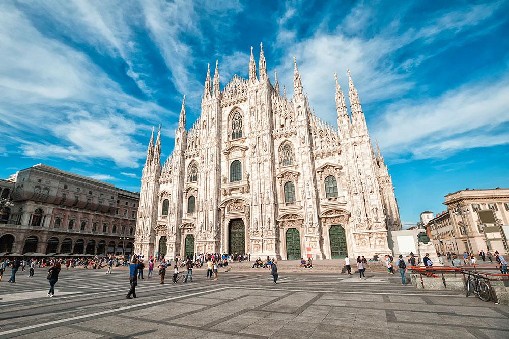 Миланский собор построен из бело-розового мрамора в готическом стиле