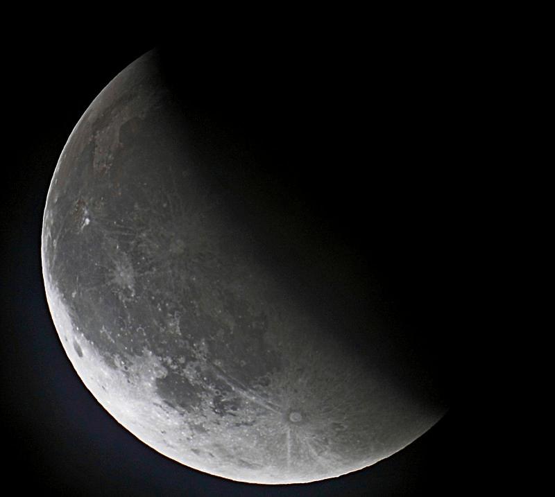 Убывающая Луна выглядит так — в форме буквы «С». Запомнить легко: «С — спадает»