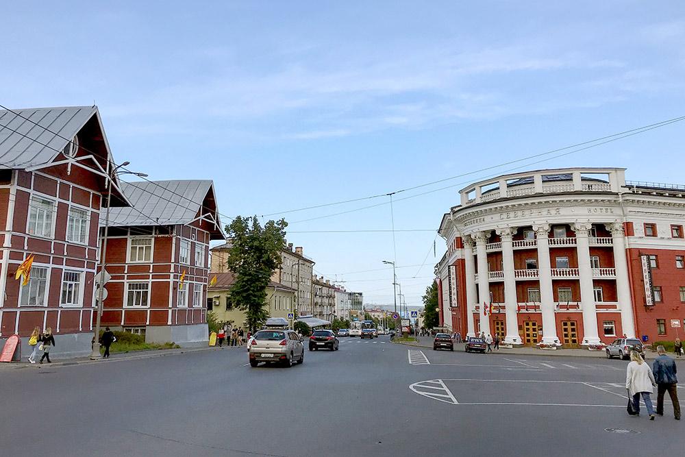 Проспект Ленина в Петрозаводске. Несколько лет назад строительная компания хотела снести деревянные дома слева, но их удалось сохранить. Справа на фото — гостиница «Северная»